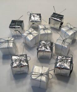Gavepakker hvide og sølv