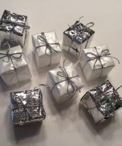 Gavepakker i hvid og sølv